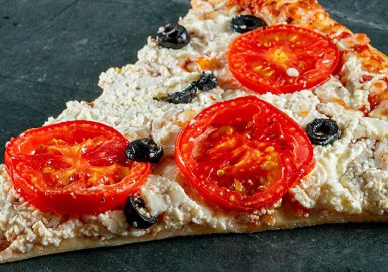משולש פיצה ענק עם עגבניות, בולגרית וזיתים שחורים