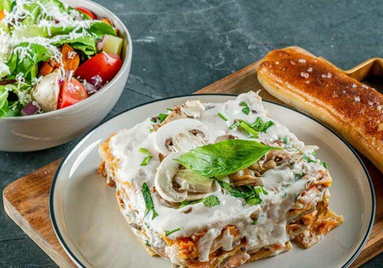 עסקית לזניה גבינות במילוי בטטה ופטריות + סלט ירקות + לחם שום
